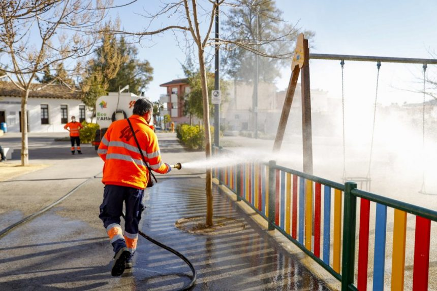Alfàs del Pi has reinforces the cleaning and disinfection work on public roads, parks and street furniture